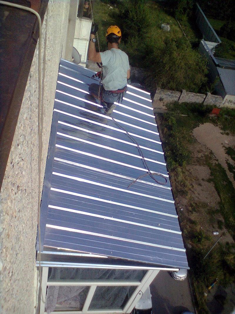 Крыша на козырьке балкона..