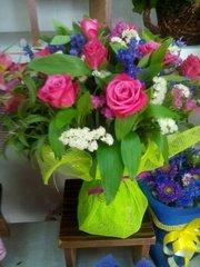 букет с розами и декор зеленью.Доставка по Алматы.