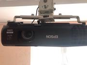 Проектор Epson EB-W03 и проекционный экран  в идеальном состоянии